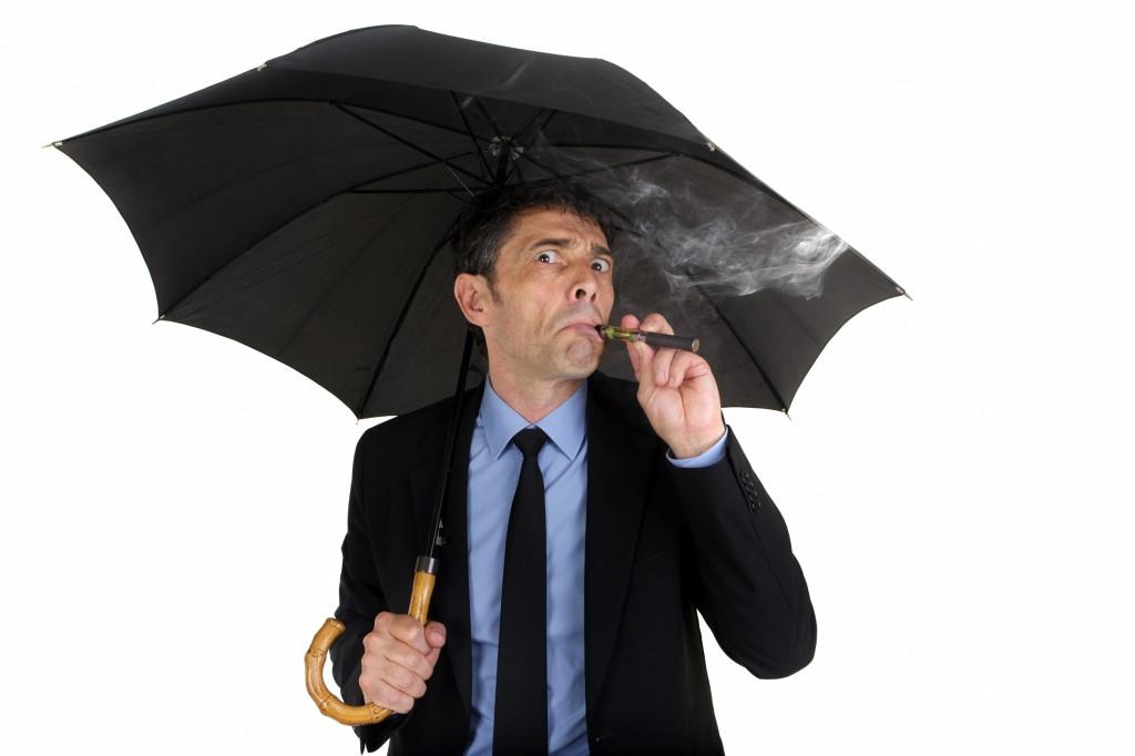 Avec la cigarette électronique, fini les pauses cigarettes seuls sous la pluie !