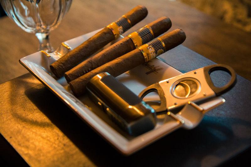 cigares cubain Cohiba posés sur un présentoir avec un coupe cigare